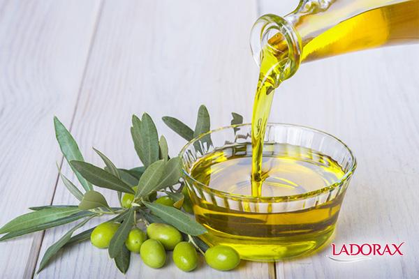 cách làm mặt nạ trắng da với dầu oliu